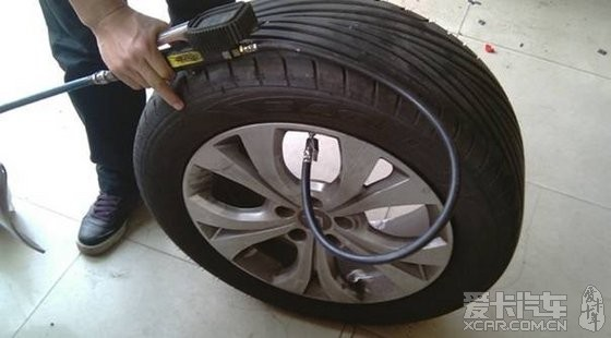 一直觉得汽车的轮胎是很重要的,就像是我们的脚一样,是行走的重要部位,所以我对他也是重视得不得了。 最近好像看到很多新闻都在说胎爆导致车毁人亡的事件,所以说车胎保养万不可掉以轻心。平时车有什么问题也常常泡在坛子里寻求帮助,学到了很多知识,做人不能只索取不付出,所以我把自己知道的一些保胎知识汇总了和大家一起分享分享!有自己的切身经验,也有向大师请教的,也有些是网查的,大家相互讨论讨论。 首先第一条当然是要购买品质有保证的轮胎啦,不合格的轮胎千万不能用,万不可为了贪图便宜而拿自己的生命开玩笑。轮胎一般的使用寿命
