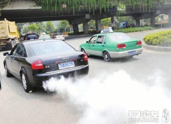 汽车排气管冒白烟是怎么回事高清图片