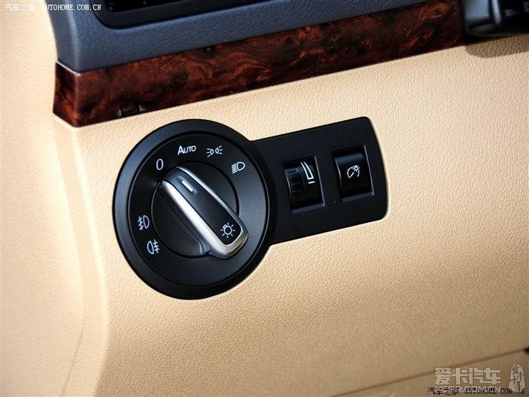 氙气大灯版的车型,只有一个仪表灯调节开关,卤素灯的车型有高清图片