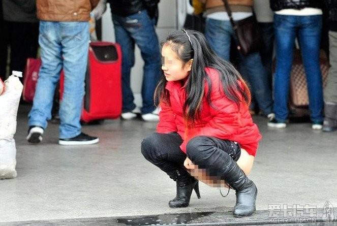 女子内急当街撒尿女人撒尿