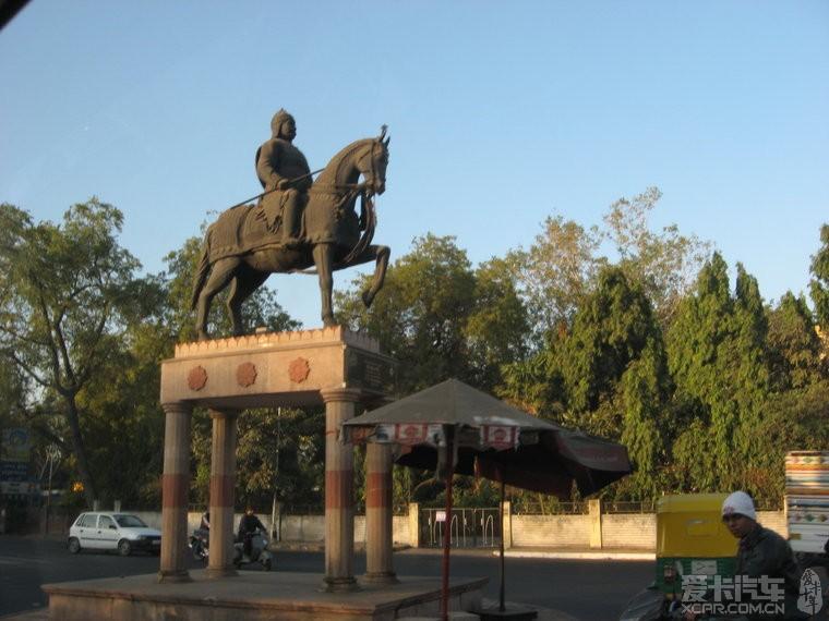 南通曹公祠?印度街道上会有一些各种雕塑或祈祷用的建筑.