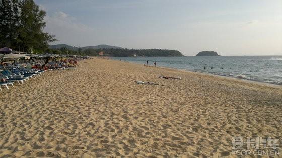 欧美海滩天体浴囹�a_沙滩浅水区不是很平坦,不适合带小朋友去玩,更何况看到有老外在天体浴