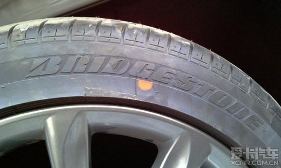 最新更新 此款胎为对称花纹轮胎,不区分内外!花了十个金币,这个问题终于搞清楚了! 见权威解答帖链接: http://www.xincheping.com/ExpertsBuy/11871/1.htm 我又想到了一个按统一方向安装的好处在于,这条胎已经跑了5000公里,按手册要求每一万公里包括备胎在内五轮互换时,如果内外装反相当于此条胎单独提前进行了交叉换位(本身右前胎需要交叉换位到左后的),等于行驶到一万公里时,这条胎少换位了5000公里,不过因为新胎,可能这点儿公里数可以忽略不计~~~  上面是普利司通
