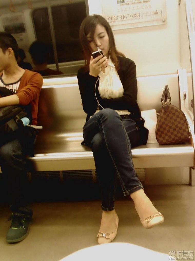 地铁上偷拍了个美女 群众喜闻乐见