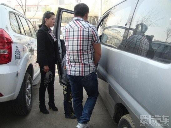 这车叫东风风行 菱智v 3,听介绍的美女说是商务车,惭愧,对车高清图片