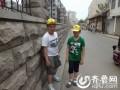 """济南惊现""""史上最窄人行道""""宽度仅约30厘米"""