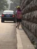 史上最窄人行道,这算哪门子人行道,根本就是个马路牙子啊!