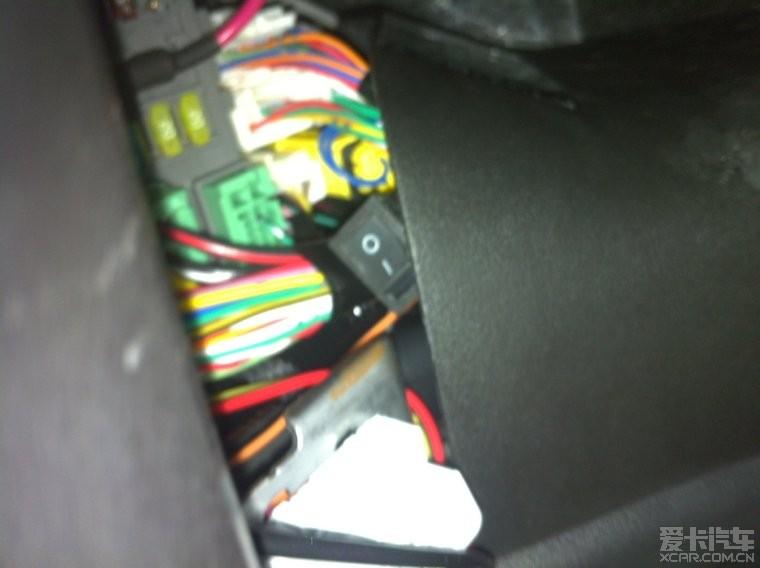 驾驶位的保险盒那有个开关高清图片