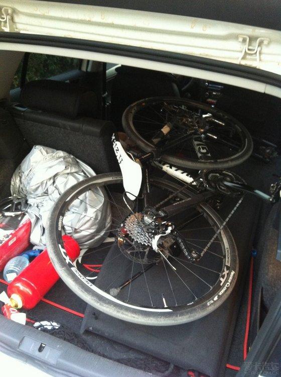 把后座放倒两个,把自行车拆了前轮,拨了座位,直接扔进去.