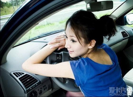 车窗向我问路 我发现开车的竟然是一个很漂亮的美女