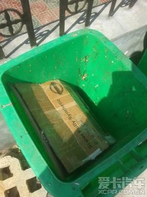 把废机油倒进另一只空的矿泉水瓶,送修车店处理.图片