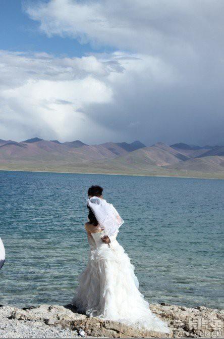 纳木错岸边的婚纱照