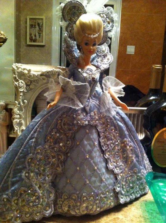 一个朋友爱给娃娃做衣服