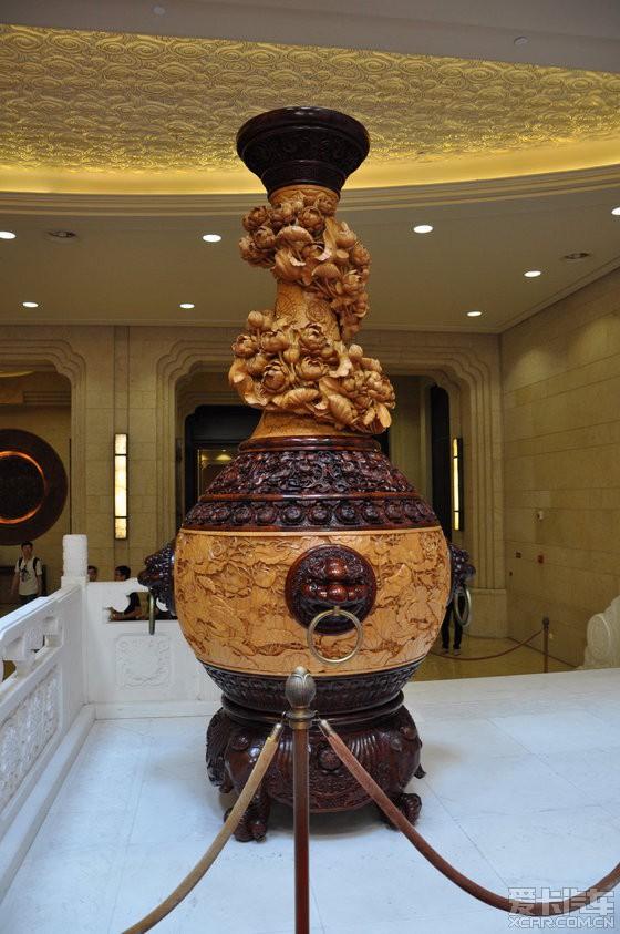 """8米的东阳木雕精品""""和谐双瓶"""",为东阳木雕传人陆光正大师的问鼎之作"""
