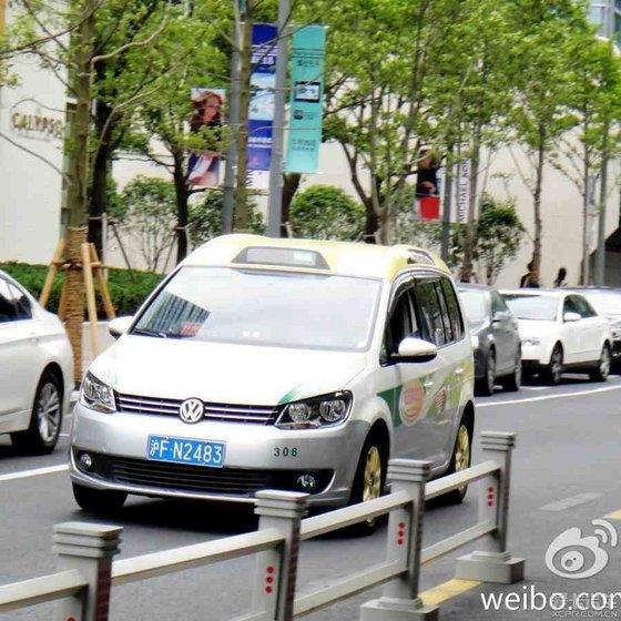 出租车上路   新型途安(左)将逐渐成为 上海出租车 的主打车高清图片
