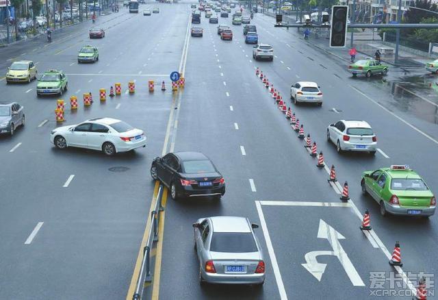 科华中路最新 掉头 交通规则,小心啊 四川汽车 高清图片