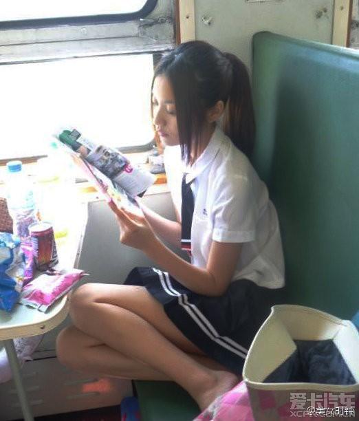 男子火车上搭讪美女 15分钟搂其入怀中惊呆邻