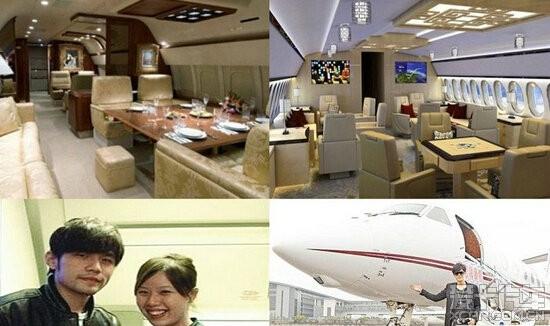 有钱又能怎样,儿子进去了!  成龙的私人飞机:莱格赛650,总价值2亿,内部宽敞精致,总共能乘坐13名旅客。除了以通行证代替购买机票,机上还有自己雇佣的空服人员,气氛静谧,内设皮革座椅、沙发椅、文件柜和用餐会议两用桌。 该款飞机还配有一间宽敞的厨房,可准备冷热餐;一间位于后舱的宽裕的盥洗室;以及衣柜、储藏间和一套配备了DVD播放机和卫星通信设备的娱乐系统,想吃什么饮食都是自己安排,模样看起来相当气派又奢华。这架飞机还在机尾翼上刺了一个大红色龙字,真的是相当私人专属。  成龙接受访问时表示,购