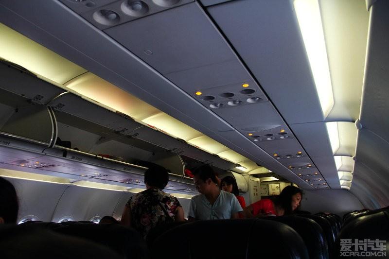 亚航,全部经济舱,飞机餐旅行社提前购买;泰国空姐
