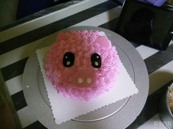 她男朋友找了手工制作蛋糕的店