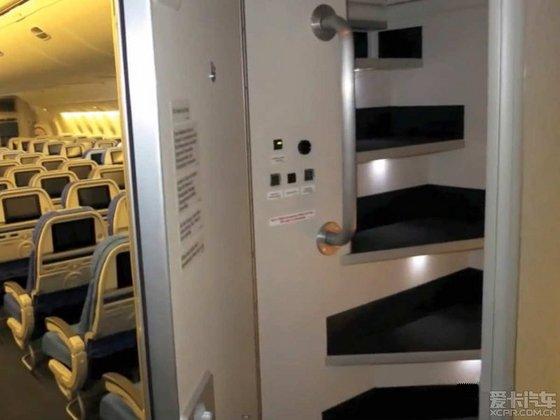 那些飞行时长超过18个小时的航班,空乘人员也是需要轮岗休息的。 你一定不知道那些空乘们是如何度过这么长时间的,原来在像波音777和787型号的客机上还有专门为空乘人员们提供的隐秘休息舱,可以全身躺下,盖上毯子蒙头大睡啊! 大概除了头等舱、公务舱以外,这算是长途旅行最安逸的地方了! 这就是客舱顶部的空乘人员休息区。