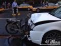 电动自行车撞上卡罗拉卡罗拉扁了