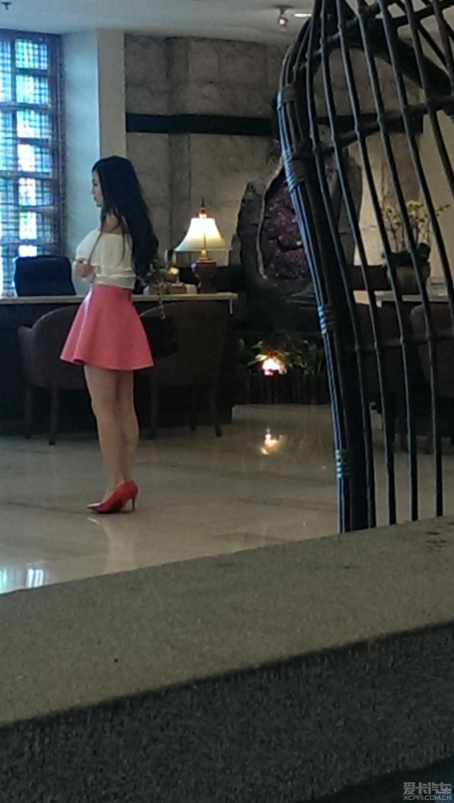 靓女闲着美女拍大堂,旁边有狼办checkout,凑合想酒店上天图片
