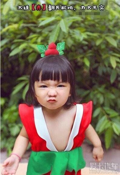 穿着葫芦娃的衣服的小萝莉