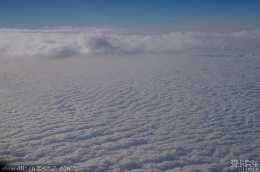 > 转北京到广州航班上拍摄到的含霾云层.
