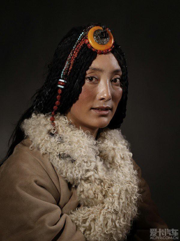 藏族眸子通常有着乌黑的女生,a眸子的长发,红红姑娘花朵后背纹身图片