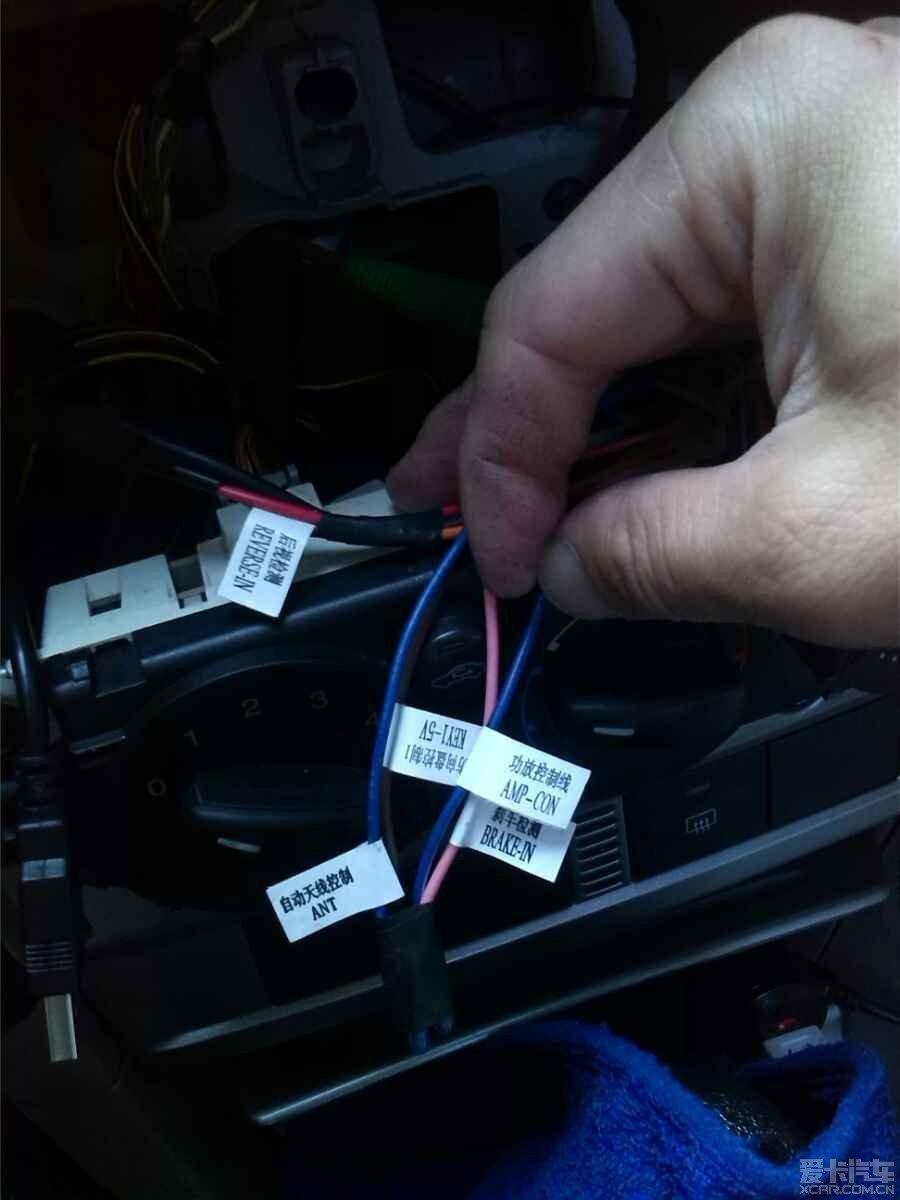 接倒车控制线,有接线胶套,但为了更牢胶布绑好