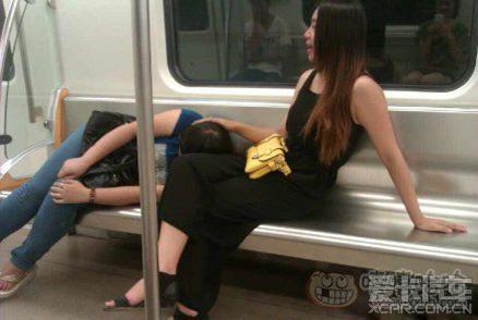 睡姐姐囹�a_乖乖的在姐姐腿上睡吧