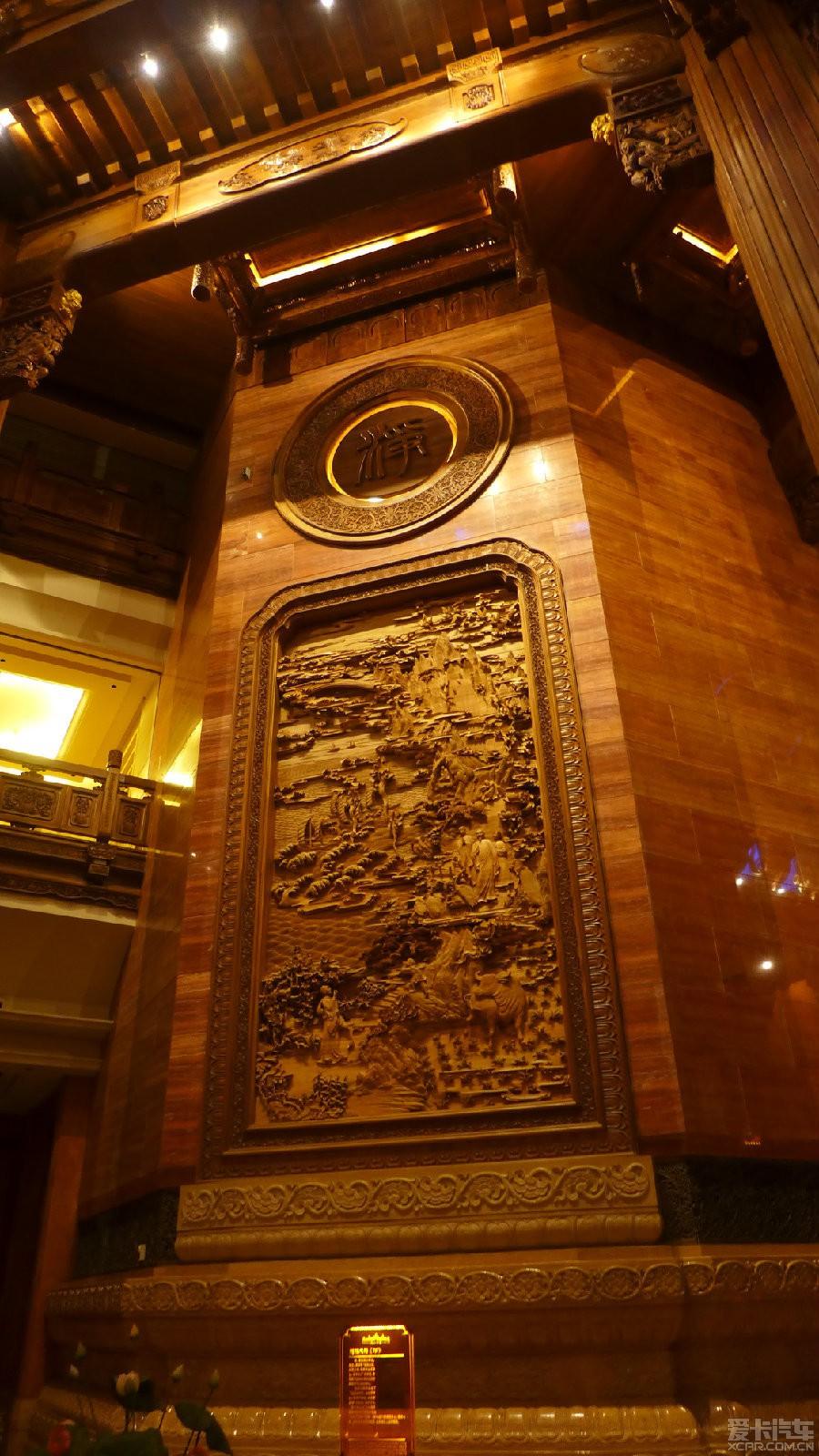 花纹或佛教故事,塔厅的每一层无处不雕花,特别是弧形天花板上密布飞天