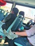 中年男女公交车上激吻半小时