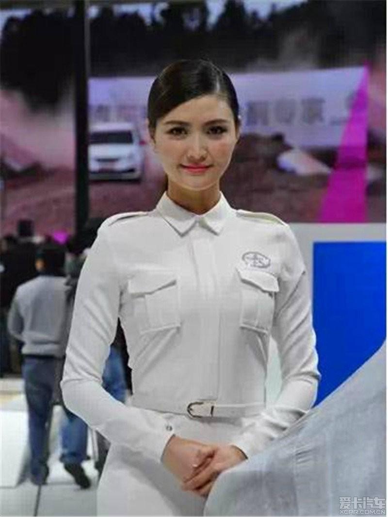 美女变巨人,上海车模汽车正到爆表!_四川美女车展礼仪的图片