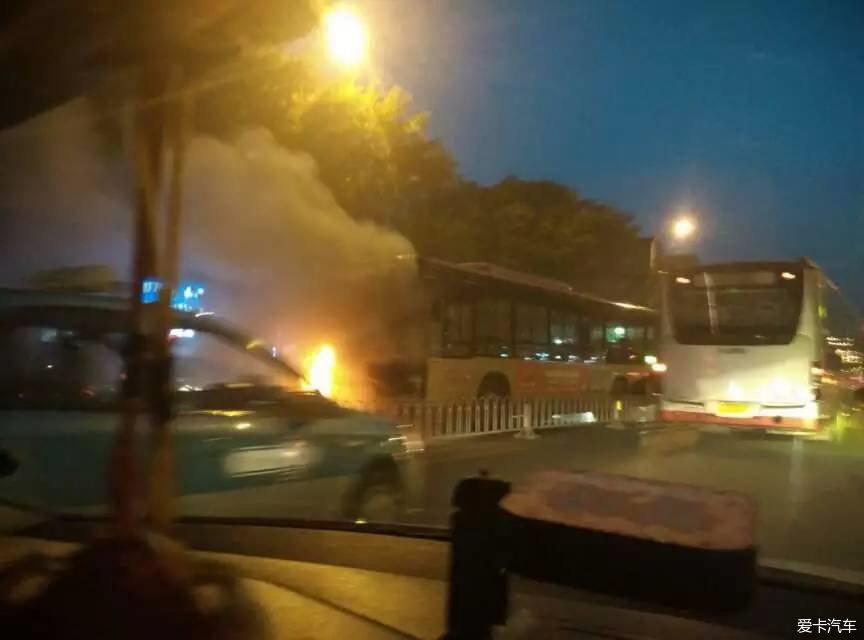 汽车论坛大全 天津论坛 03 正文  就现在,西北角,一辆公交车着火.