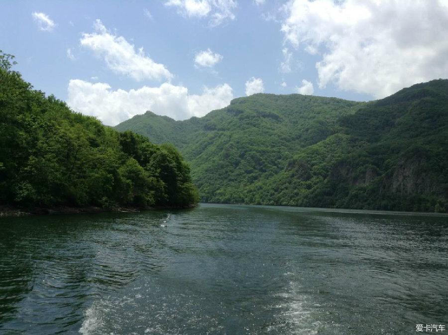 从虎塘沟出来,已经接近中午时分。我们简单的在车上对付了一口自带食物,立即赶往青山湖景区。因为游湖需要2-3个小时时间,人数必须凑够才能开船。 青山湖水域辽阔,湖面宽广,上下长达百里,水深30-120米,湖水清澈碧绿。荡舟湖上,但见两岸青山耸立,山光水色,浑然而成胜境。两岸青山草木参差,万物峥嵘。清晨,湖面云雾绰约,波平如镜;黄昏,晚霞染红湖水,百鸟归巢,偶有渔歌唱晚,一派江南景色;夜幕降临,水中皓月,湖里繁星,更使景区幽静中又添几分神秘。