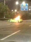 佛山:无牌兰博基尼撞货车爆炸司机当场身亡
