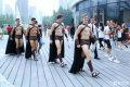 外国模特北京街头搞营销被抓上身赤裸扮斯巴达勇士吸睛