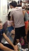 武汉两名女子地铁抢座上演撕衣大战(图)