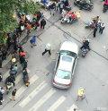 宝马车撞儿童拒捕 警察持棍拦截现场