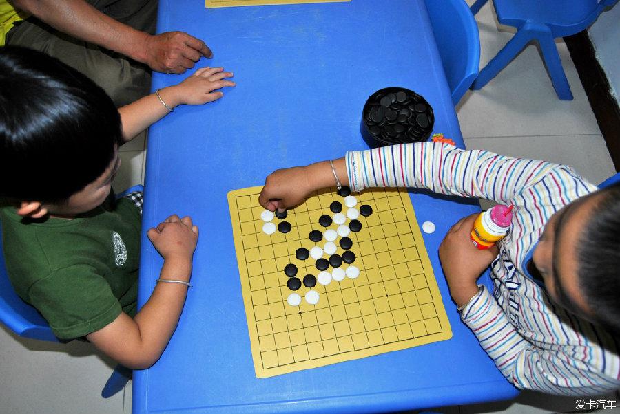 送小孩学跆拳道拍到尤克里里和围棋