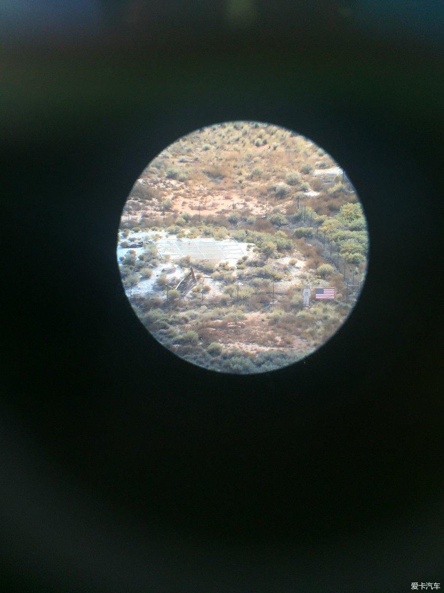 10月10日第二站 天长地久木变石 石化林国家公园是世界上最大、最绚丽的石化森林集中地之一。今天在公园里还幸运的看到了天空中的七彩祥云,拍下来的照片没有拍到晚霞漂亮。 石化林没有林,有的是经过大自然的千锤百炼、翻江倒海将树木转化过来的宝石。这座公园里的大部分树都是类似于南洋杉的针叶树,它们生长在大约2.
