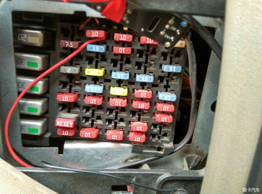 > 老君威拔空调继电器,让空调天冷不再工作从而达到省油目的.