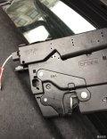 作业:加后备箱机械锁拉绳,后排中间座椅翻倒,车内可开后备箱锁