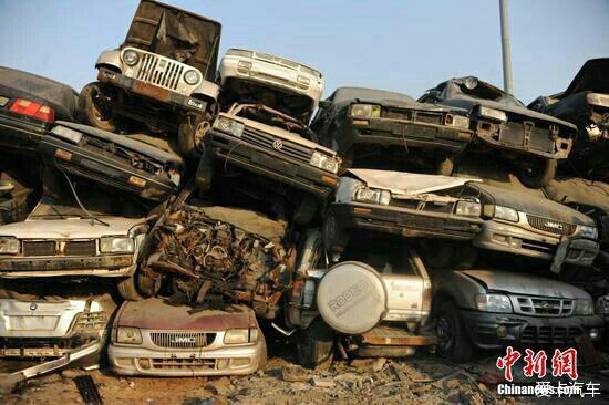 这些车辆都是事故报废车辆,密密麻麻重重叠叠地磊在一起的报废汽车,如