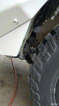 几根绑扎带解决玻璃水喷水电机与轮胎剐蹭的顽疾