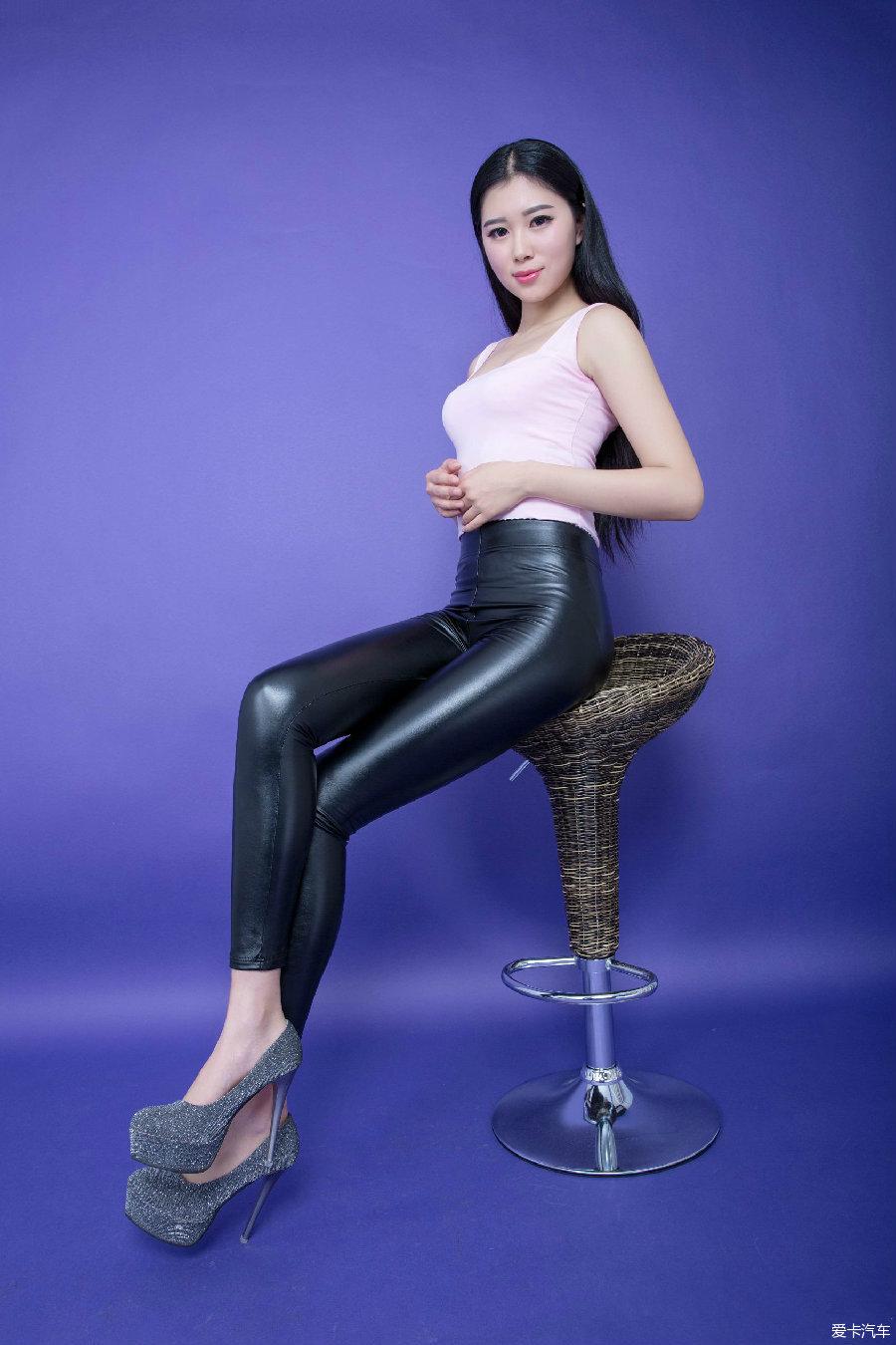 美女色刚身�_美女身穿轻盈皮裤,这个季节真好,时尚有方便!