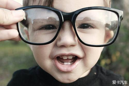 qq头像小孩带墨镜