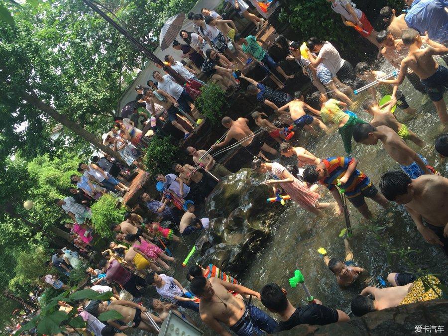 黄龙溪的人多的批爆,好多湿身美女…_四川汽车饮尿美女magnet图片